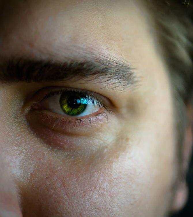 Co powinien zawierać krem na opuchliznę pod oczami u mężczyzn?