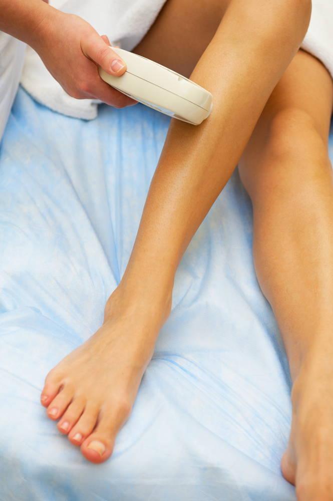 Gładkie nogi w trakcie depilacji