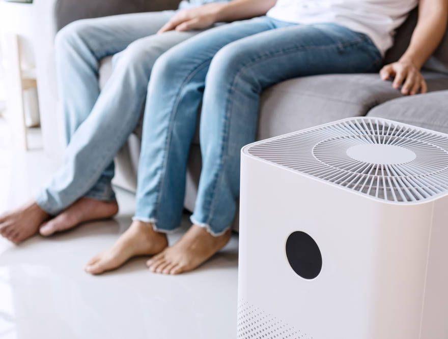 Oczyszczacz powietrza w pokoju dziennym
