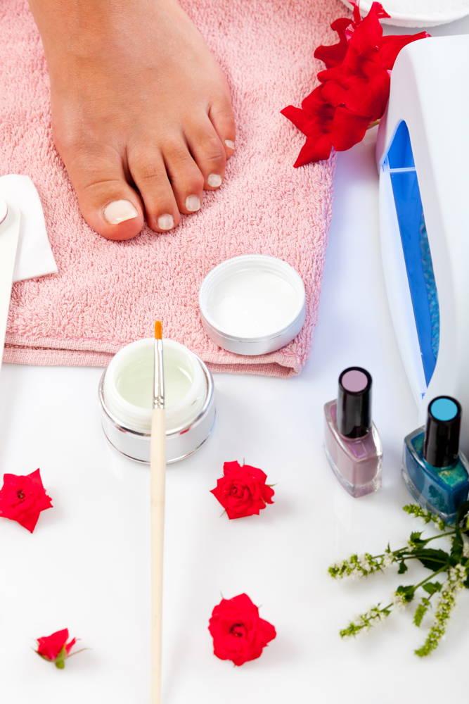 Pedicure malowanie paznokci hybrydowych u stóp