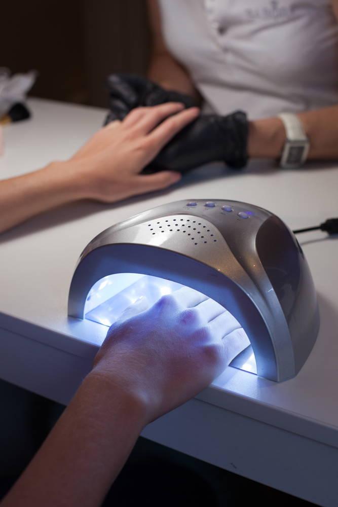 Utwardzanie lakieru do paznokci światłem UV