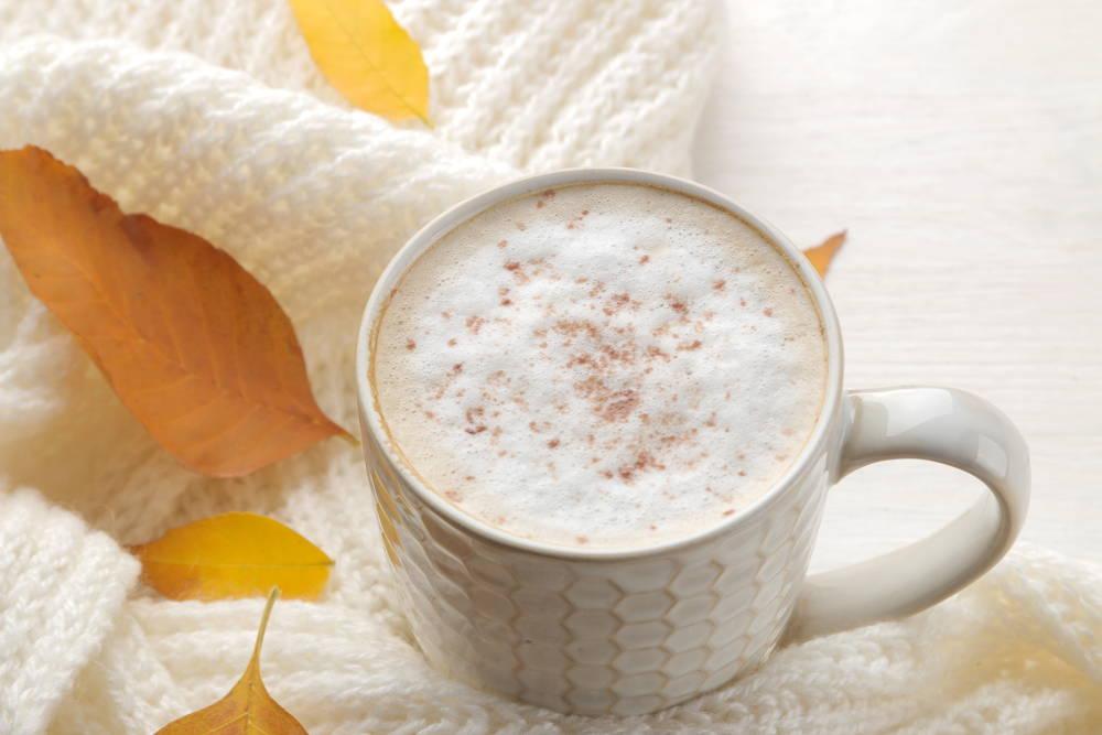 Przygotowane cappuccino w ekspresie z mniej niż 3500 zł