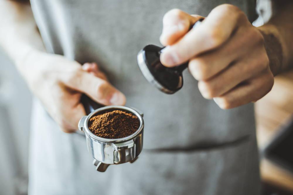 Przygotowanie kawy w ekspresie kolbowym
