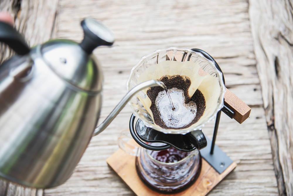 Ręczne przelewanie kawy przez filtr